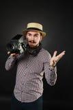 Tipo bello con la macchina fotografica dell'annata della tenuta della barba Fotografie Stock Libere da Diritti