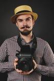 Tipo bello con la macchina fotografica dell'annata della tenuta della barba Immagine Stock Libera da Diritti