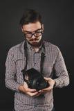 Tipo bello con la macchina fotografica dell'annata della tenuta della barba Fotografie Stock