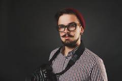Tipo bello con la macchina fotografica dell'annata della tenuta della barba Fotografia Stock Libera da Diritti