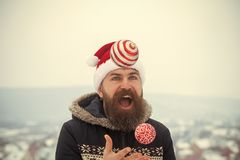 Tipo in cappello e cappotto rossi del Babbo Natale fotografia stock