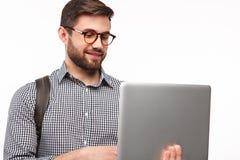 Tipo casuale con il computer portatile su bianco Fotografie Stock Libere da Diritti