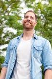 Tipo casuale con una camicia del denim in un parco Immagine Stock