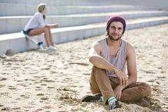 Tipo che appende su una spiaggia Fotografia Stock