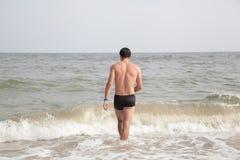 Tipo che cammina nel mare Fotografia Stock Libera da Diritti