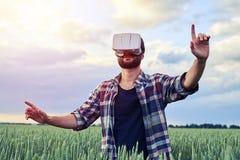 Tipo che cerca in vetri 3D Fotografie Stock Libere da Diritti