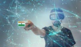 Tipo che guarda attraverso i vetri di realtà virtuale di VR - bandiera indiana immagini stock libere da diritti