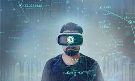 Tipo che guarda attraverso i vetri di realtà virtuale di VR - Bitcoin immagini stock