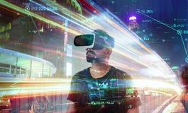Tipo che guarda attraverso i vetri di realtà virtuale di VR - mondo virtuale immagini stock