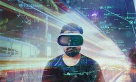 Tipo che guarda attraverso i vetri di realtà virtuale di VR - mondo virtuale fotografia stock