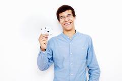 Tipo che mostra le carte da gioco Fotografia Stock
