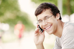 Tipo che parla sul telefono cellulare Immagini Stock