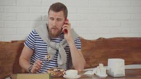 Tipo che parla sul telefono mentre in ristorante stock footage