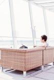 Tipo che riposa nel salotto dell'aeroporto Fotografie Stock Libere da Diritti