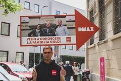 Tipo che tiene il segno di DMax a Fuorisalone durante il Milan Design Week 20 Fotografia Stock