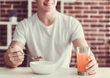 Tipo con alimento sano Fotografia Stock Libera da Diritti