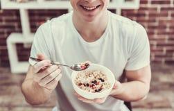 Tipo con alimento sano Fotografia Stock
