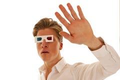 Tipo con i vetri di film 3d che sembrano spaventati Immagini Stock Libere da Diritti