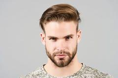 Tipo con il fronte barbuto, capelli alla moda, taglio di capelli, salone del barbiere immagine stock libera da diritti
