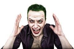 Tipo con il fronte pazzo del burlone, i capelli verdi e lo smike idiota costume carnaval Immagine Stock