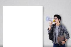 Tipo con il megafono e bordo in bianco Fotografia Stock
