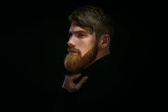 Tipo con la barba premurosa, pensieroso, incantare, sembrante TR di andata fotografia stock libera da diritti