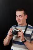 Tipo con la macchina fotografica (ritratto della spalla) Fotografia Stock