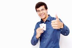 Tipo con le carte e pollice sul segno Immagine Stock Libera da Diritti