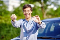 Tipo con le chiavi e la patente di guida Fotografia Stock Libera da Diritti