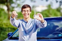 Tipo con le chiavi e la patente di guida Fotografia Stock
