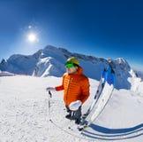 Tipo con lo sci vicino in neve durante il giorno di inverno soleggiato Fotografia Stock Libera da Diritti