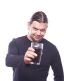 Tipo con tintineo del vidrio de cerveza fotografía de archivo
