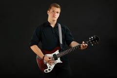 Tipo con una chitarra elettrica Fotografie Stock
