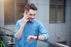 Tipo contentissimo che parla sul telefono cellulare immagini stock