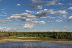 Tipo da costa de Lena do rio de um barco Fotos de Stock