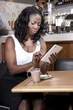Tipo da mulher de negócio em sua tabuleta Fotografia de Stock