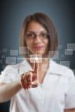 Tipo de alta tecnología del empuje de la mujer de negocios Imagenes de archivo