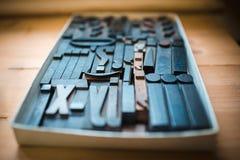 Tipo de impressão de madeira velho, caráteres da fonte Fotografia de Stock