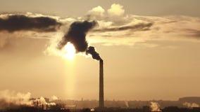 Tipo de tubulações industriais de que fumo O desperdício industrial polui a atmosfera da terra video estoque