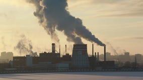 Tipo de tubulações industriais de que fumo O desperdício industrial polui a atmosfera da terra filme