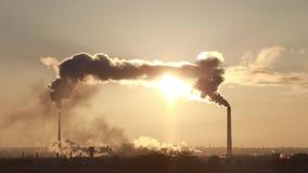 Tipo de tubulações industriais de que fumo O desperdício industrial polui a atmosfera da terra vídeos de arquivo