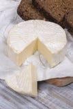 Tipo del brie de queso Queso del camembert Queso fresco del brie y una rebanada en un tablero de madera con la rebanada del pan n Imagen de archivo