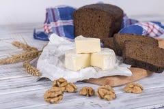 Tipo del brie de queso Queso del camembert Queso fresco del brie y una rebanada en un tablero de madera con la rebanada del pan n Fotografía de archivo libre de regalías