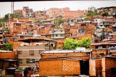Tipo del favela de la ciudad de Medellin que contiene cerca en el centro de la ciudad Imágenes de archivo libres de regalías
