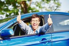 Tipo dentro l'automobile che mostra i pollici su Fotografia Stock Libera da Diritti