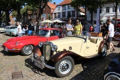 Tipo di Jaguar E ed oldtimer di MG ad una manifestazione di automobile fotografia stock libera da diritti