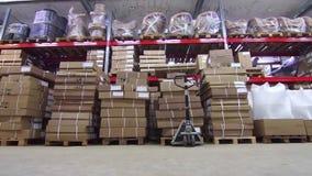 Tipo di magazzino con le scatole e la mobilia stock footage