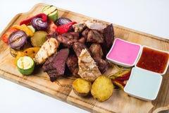Tipo diferente da carne grelhada com molhos sobre Foto de Stock Royalty Free