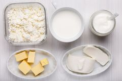 Tipo differente di prodotti lattier-caseario su fondo di legno bianco fotografia stock