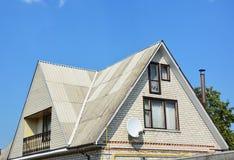 Tipo do frontão e do vale de construção do telhado A construção branca da casa do tijolo do sótão da construção com tipos diferen Imagens de Stock